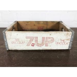 Vintage Seven Up Getränkekiste aus den USA! Diese Holzkiste stammt original aus den 1960/70er Jahren und ist somit ein echtes Stück US Geschichte.  Es handelt sich NICHT um eine Reproduktion die heutzutage in Gartencentern angeboten werden, sondern um